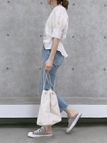 ジーンズの持つアクティブなイメージも、グレイッシュブルーデニムなら落ち着いた清潔感のある印象に。白シャツとライトグレーのスニーカーで、グラデーショントーンでまとめた大人カジュアルスタイルです。