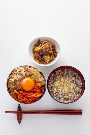 キムチは納豆やヨーグルトと同じ発酵食品です。栄養価も高い上に簡単に調理できるのも大きなポイントです。本場のキムチは、白菜、人参、大根、ニンニク、ニラ、魚醤にアミの塩辛、唐辛子などたくさんの食材が使われています。キムチは栄養価も高く、脂肪燃焼効果が期待できるカプサイシン、美肌効果に期待ができるビタミンやアミノ酸などが豊富に含まれています。