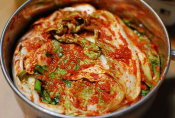 イワシの魚醤やアミの塩辛を使って作る本格的な自家製キムチのレシピです。材料さえ揃えればあとは簡単に作ることができます。出来立てキムチから漬け込んで酸味をまとったキムチまで、自家製ならではの様々な味の変化を楽しめるレシピなので、キムチ好きは必見ですよ。
