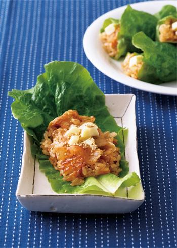 キムチを入れて作る簡単炊き込みご飯をサンチュとチーズで巻いて頂くとっても華やかなレシピ。具材を入れて炊飯器にお任せなので暑い夏のお助けレシピです。