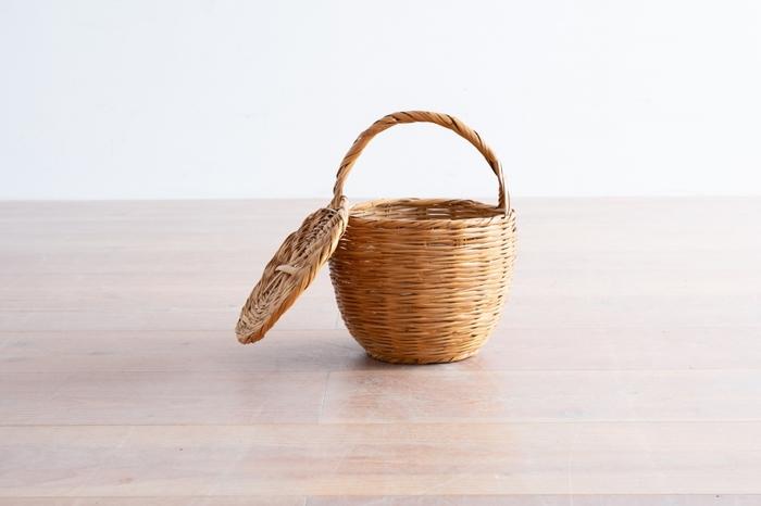 ■バーキンバスケット ピクニック用のバスケットを普段づかいすることは難しいけれど、こんな可愛らしいものなら、いつものコーディネートにも合わせられますよ。 セルジュ・ゲンズブールがジェーン・バーキンにプレゼントした、丸いフォルムが可愛らしいかごバッグ。ジェーン・バーキンがシーンや季節を問わず愛用していたことからバーキンバスケットと呼ばれるようになりました。
