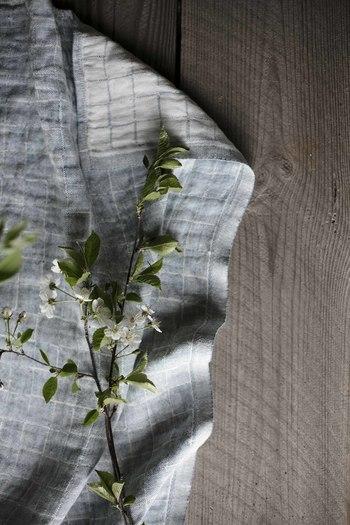 鈴木マサルさんが手がけた新作の「LASTU」のタオル。「LASTU」は「かけら」という意味で、形は同じでも少し不揃いの、小さな木が敷き詰められた床をイメージしてデザインされました。大きさの異なるラインで表現されたパターンは、シンプルながら温かみが感じられて、長く使いたくなるデザインです。  【LASTU towel】48×70㎝ 2,808円(税込)