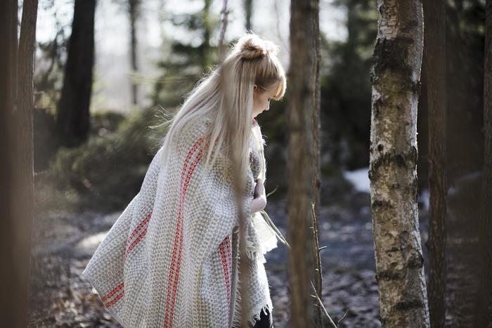 こちらは「AINO」のブランケット。吉澤さんがフィンランドの伝統工芸、Ryijy(リュイユ)タペストリーからインスピレーションを受け、デザインのみならず織りの構造もラプアン カンクリに提供して誕生したブランケットです。  軽くざっくりと織られていますが、繊細なデザインが見事に表現されています。北欧やモダンスタイルはもちろん、和の空間にも馴染むので、冬のインテリアのアクセントとしても活躍してくれますよ。ショールとして羽織ることもできて、今年の冬、1枚欲しくなるアイテムです。  【AINO blanket】130x170㎝ +fringes 19,440円(税込)