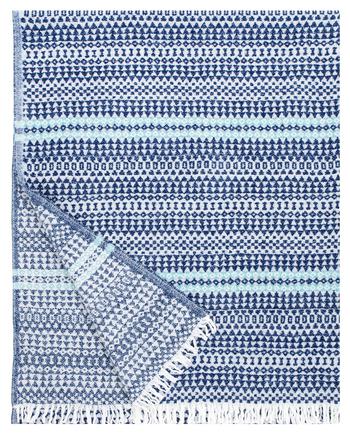 Ryijyはフィンランド人にとって家庭のリビングやダイニングなどに飾られるインテリアとして馴染み深いもの。吉澤さんは、柄のモダンさに感動して「こんなブランケットがあれば……」という思いを抱いたことから、このデザインが生まれることになったそう。写真のブルーベリー×ターコイズ、グレー×レッド、グレー×ブラックの3色展開。  【AINO blanket】130x170㎝ +fringes 19,440円(税込)
