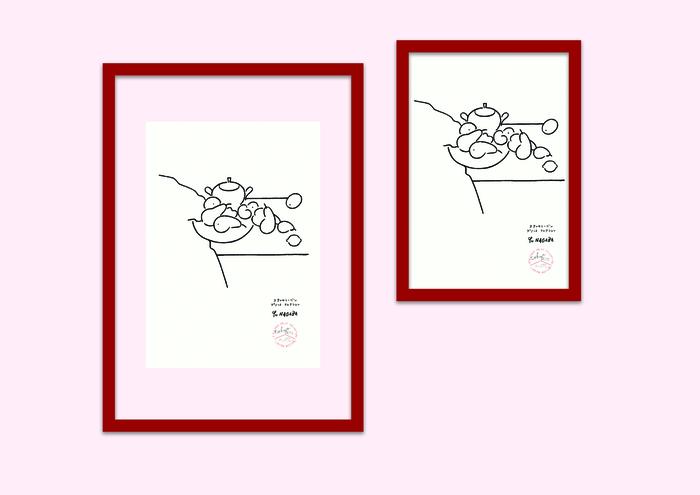 今回「STILLEBEN」の語意である「静物画」に合わせ、暮らしの一コマを切り取った長場さんの描き下ろし「STILLEBEN × YU NAGABA」が、世界限定200枚で発売されました。 日本では、そのうちの80枚をアクタス・吉祥寺店のみが限定販売。コペンハーゲンの印刷工房で一枚一枚活版で仕上げられ、「TOKYO 2018」のネームとシリアルナンバーが手書きで入っています。  また、コペンハーゲンのプロダクトブランド「MOEBE(ムーべ)」の代表的なアイテム「FRAME(フレーム)」が、日本で販売される長場さんの作品のために製作した特別限定色のレッドフレームも要チェックポイントです。  【STILLEBEN × YU NAGABA with MOEBE A4 FRAMEセット】 17,280円(税込・40セット) 【STILLEBEN × YU NAGABA with MOEBE A3 FRAMEセット】 19,440円(税込・40セット)