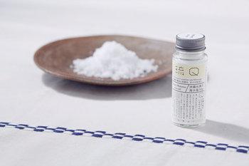沖縄の海水から独自の製法で作られる『沖縄糸満の海水塩』。海水を汲み上げてじっくりゆっくり少しずつ火にかけ、結晶化させて作られています。時間をかけて作ることで、ミネラル成分をたっぷり含んだ海水塩が出来上がります。甘みとほのかに感じる苦みが、料理に使えば素材のうま味やこくを引き出し、まろやかな味わいにしてくれます。