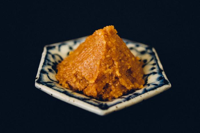 「国産大豆・米・大豆」の3つの材料だけで、日本古来の伝統製法でじっくり丁寧に作られる『酢屋茂 信州立科味噌』。 寒い時期に仕込まれた味噌は、季節の変化を経てじっくり時間をかけて熟成されていきます。深い味わいとうま味がまろやかな甘口味噌です。すっきりまろやかで、和え物、味噌煮など幅広い味噌料理を美味しく仕上げてくれます。