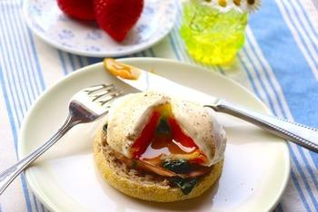 日本でもよく知られるようになった「エッグベネディクト」。実際作ってみると簡単で、卵の部分であるポーチドエッグはカレーやパスタなどでも楽しむことができます◎