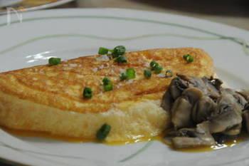 見た目からもふわふわ感が伝わってくる「スフレオムレツ」。フランスのラメールプラールで提供されている卵料理がよく知られています。1度食べるとくせになる卵料理です。