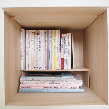 ユニットボックスの中を本の収納用にカスタマイズするために、コの字型のラックを木材でDIY。仕切りができることで、平置き×縦置き、スペースを無駄なく活用することが可能になりました。開けてみなければ分からないことだけど、中は整然と使いやすく本が並んでいると想像しただけで、気分がすっきり!そして、扉を閉じれば、モダンな外観でとてもスマート。アイディア次第で、おしゃれと機能性、両方ちゃんと手に入れることができるのです。