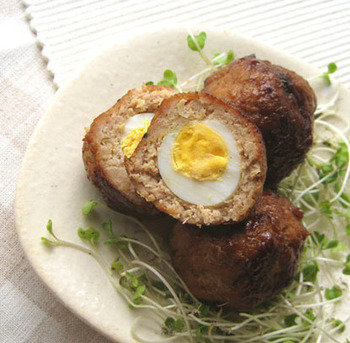 ゆで卵にひき肉を合わせて揚げるイギリスの伝統料理「スコッチエッグ」。このレシピでは揚げずに作っていますので、ヘルシーで簡単に作れるのがおすすめです。見た目もコロンと可愛いすので、お弁当にもいいですね。