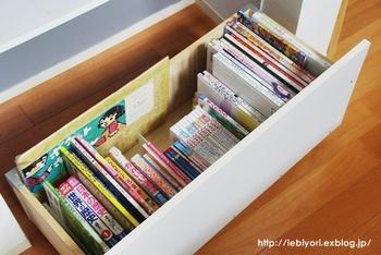 引き出しに子どもの絵本を入れて。こうしたら、子どもも自分で取り出しやすいですよね。中に仕切りを作っておけば、戻すときもスムーズで効率的です。