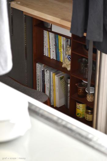 ブックエンドや重さのある置物で、本が倒れないように工夫。取り出す度、本が雪崩のように倒れてくるのはかなりストレス。最初から対策しておきましょう。