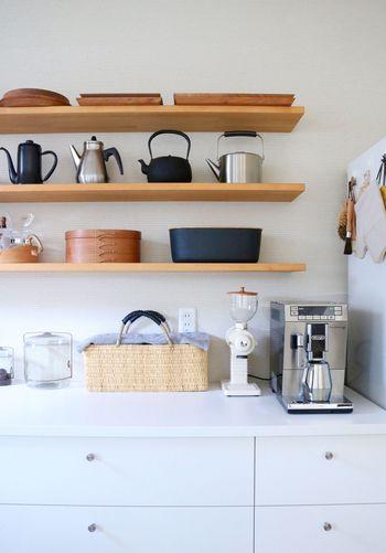 """インテリアに上品に馴染むかごは""""見せる収納""""としても楽しむことができます。ナチュラルテイストのキッチンカウンターに置くと、まるでショップのようなおしゃれな空間に。自然素材の持つ素朴で優しい風合いが、やわらかい雰囲気を生み出してくれます。"""