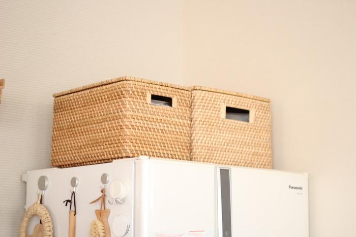 冷蔵庫上のスペースに置くだけで絵になる、無印良品とニトリの素敵な収納かごです。蓋と取っ手が付いた収納かごならホコリが入りにくく、高い場所でも上げ下げしやすいですね。見た目もおしゃれなラタン材のかごは、軽くて丈夫で使いやすく、キッチンの収納にも最適なアイテムです。