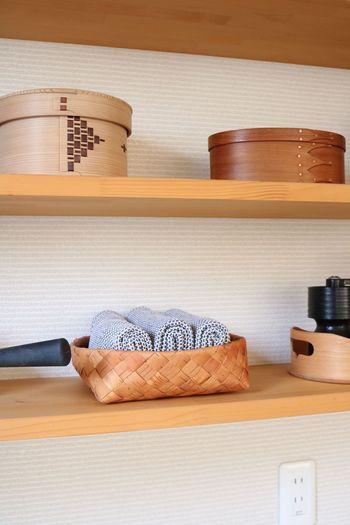 """キッチンのオープン棚にも素敵なかごが置かれ、ティータオルが収納されています。おしゃれなインテリアにもなる""""見せる収納""""は、使いたい時にすぐ手に取ることができるのも嬉しいですね。インテリアと収納を兼ね備えたかごは、キッチンをすっきりとナチュラルな空間にしてくれます。"""