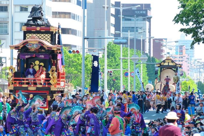 仙台市中心部で開催される「仙台青葉まつり」は、1655年に始まったとされる歴史のあるお祭り。伝統的な「すずめ踊り」や神輿、郷土芸能のステージなど2日間にわたって行われます。爽やかな初夏を感じながら美味しいものを食べ、観客も一緒になって楽しめます。