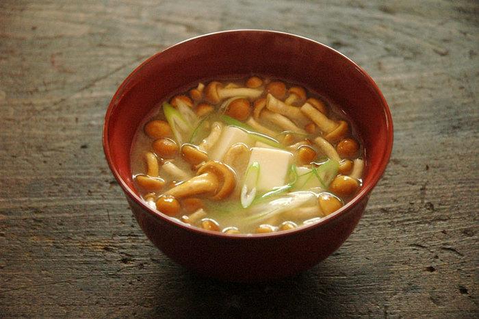 深みのある味わい深い味噌を美味しくいただくのは、やっぱり味噌汁が一番。 なめこのとろりとしたぬめりと、豆腐のつるんとなめらかなのどごしに、甘みとコクのある味噌がじんわり染み渡ります。