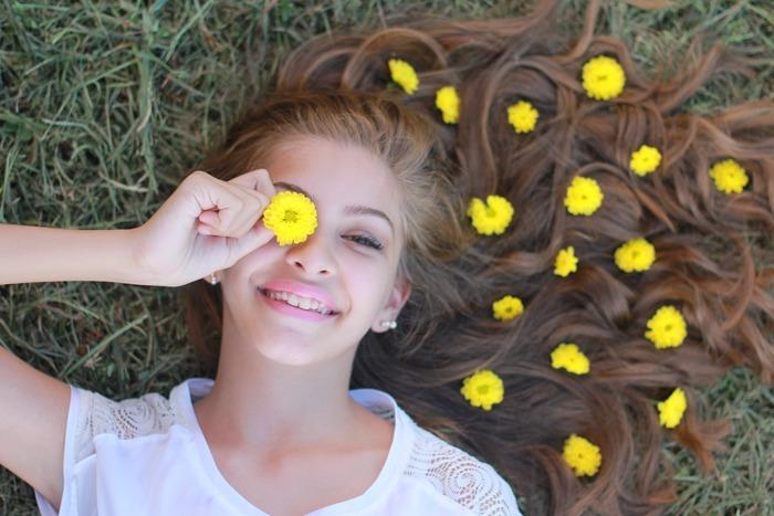 顔のむくみの原因とケア方法をご紹介しました。いかがでしたでしょうか。ついついやってしまいがちなNG生活習慣を見直しつつ、マッサージケアを取り入れて、むくみ知らずのスッキリ顔さんを目指しましょう!あなたの笑顔が輝けば、周りにいる人たちもきっと笑顔になりますよ♪