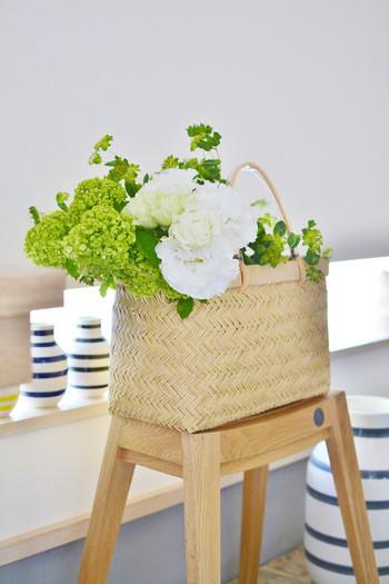 自然素材でできたナチュラルな市場かごと、爽やかな植物の組合せがとても素敵ですね。かごは花やグリーンを飾る「花器」としても活躍してくれます。白とグリーンを基調とした清楚なアレンジが、玄関に上品な彩りを添えます。