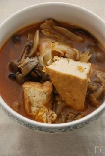 スープにコチュジャンを入れるだけで、いつもの材料で簡単に韓国風スープにチェンジできますよ。こちらのレシピのように、干ししいたけやしめじ、厚揚げ、長ネギなど、和食に良く使う素材とコチュジャンの意外な相性も試してみてくださいね。