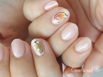 絶妙なマーブルの塗りかけネイルをポンと1本ずつ加えるだけで、指先がアートな雰囲気に。きちんと塗るのではなくラフに塗りかけ風にすることでこなれ感がUPしますよ。