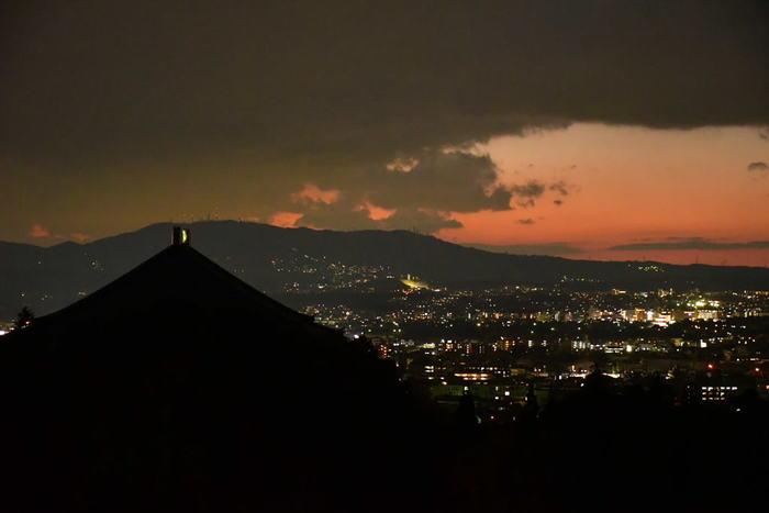 二月堂から見下ろす市街地の明かりがこちら。奈良県には景観保持の規制によって高層ビルがなく、県下で最も高い建造物は興福寺の五重塔です。平らな盆地に遠くまで広がるたくさんの光の粒は、都会の煌めきとはまた違った趣がありますよ。