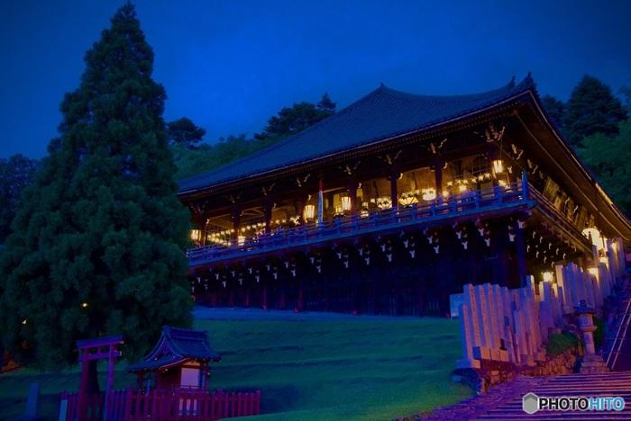 東大寺の境内にある二月堂は高台の上に舞台が作られていて、奈良の夜景を眺めることのできるビュースポットでもあります。 実はこの舞台、24時間いつでも無料で自由にのぼることができる穴場なのですが、奥で僧侶の方がお過ごしになっていることもあるので話し声は控えめに。夜間はできるだけ静かに景色を堪能しましょう。