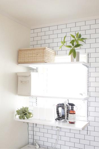 チャンネルサポートという壁面取り付けタイプの金具を使えば、好きな高さに棚をつけられます。ワイヤーバスケットやラタンバスケットなどに、タオルやパジャマを収納すればおしゃれで実用的な収納に。