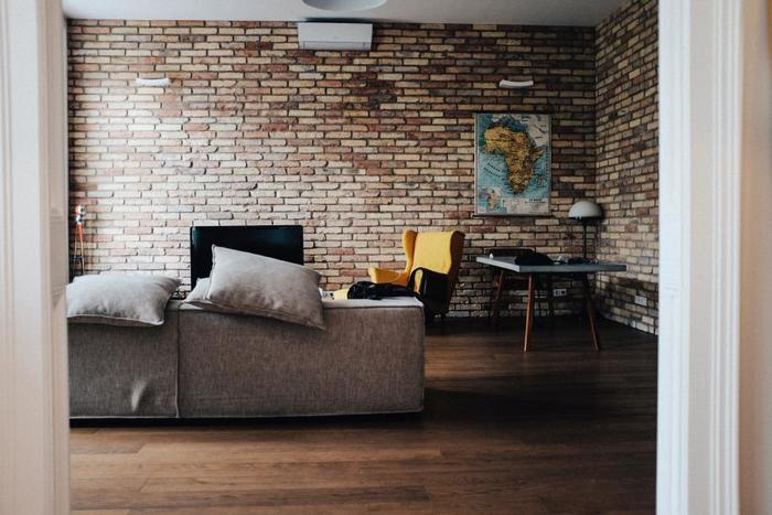 壁を変える際は、手軽な壁紙を使うと便利。  レンガやコンクリートの色は、お部屋の家具か床のカラー・トーンに近いものを選ぶと失敗が少ないですよ。  お部屋の家具や床のカラー・トーンに合わせて壁のカラーを決めると空間が広く見え、目にもやさしいというメリットもあります♪
