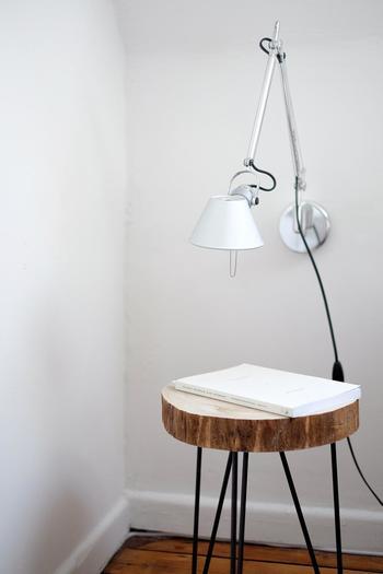 工業用品をイメージすると思い浮かぶのが金属(アイアン)やウッドでしょうか。  照明や家具など、アイアンを取り入れたものが最近多く販売されていますので、お部屋のサイズにあったものを選ぶと良いですね。