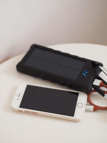 スマホの充電が切れるのは災害時最も困ることの1つです。そんな時の為にもソーラーモバイルバッテリーが一つあると便利です。多少の重さはあっても、あると助かるグッズの1つですよね。家族分の携帯がしっかり充電されるか確認しておきましょう。