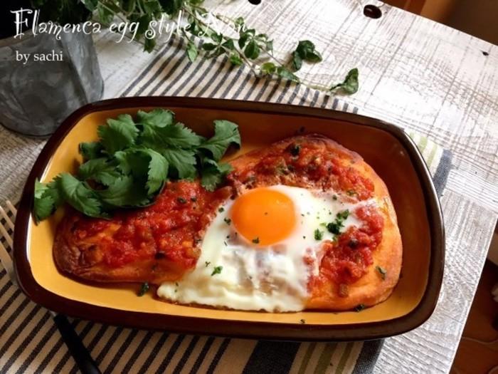 真っ赤なトマトソースと半熟の卵が印象的な「フラメンカエッグ」。フラメンコの衣装のように真っ赤なことから、この名前がつけられたと言われています。ピリッと辛いトマトソースと半熟卵の組み合わせが絶品の卵料理です。