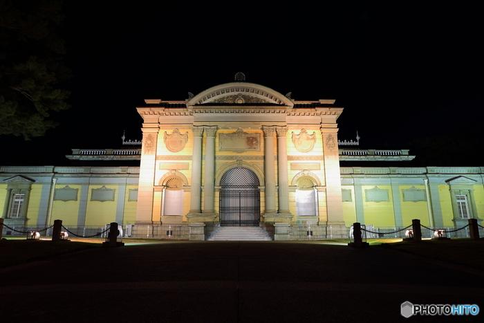 こちらは明治時代に建てられた奈良国立博物館のなら仏像館。宮廷建築家の「片山東熊(かたやまとうくま)」によるフレンチルネサンス様式の設計で、堂々とした中にも優雅さが漂う歴史ある近代建築物です。 奈良国立博物館の展示は通常午後5時までですが、各種イベント期間中などは開館時間が午後7時頃まで延長される日も結構あります。ご興味がおありの方は、ぜひ公式ホームページで展示スケジュールをチェックしてみて下さいね。