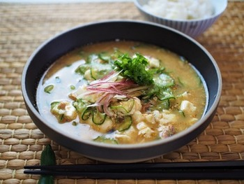 白いご飯にかけていただくのが王道の食べ方。冷たいお茶漬けのようにいただきます。お米がベタっとしていると、ふやけてしまうので、お米を炊くときは、「かため」がおすすめです。