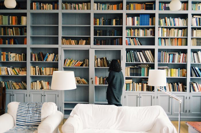 壁一面の書架。本が好きな人にとっては憧れじゃないでしょうか?懐の深い大きなスペースがあれば、本が増えても問題ありません。時々少し整理するだけでいいのですから。でも普通の家ではそうはいかないですよね。
