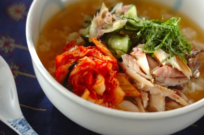 あつあつご飯に、野菜とキムチ、アジのほぐし身を乗せ、上からみそ入りの出汁をかけていただく冷や汁風のレシピ。ピリリと辛いキムチが食欲をそそります。