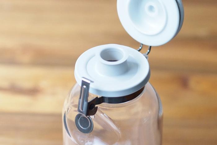 そんな、優秀なアイテムのセラーメイトの密閉瓶の中で、液体調味料の保存容器としておすすめなのがこちらの「ワンプッシュ便利びん」です。スーパーマーケットで大きな瓶で買ってしまい、そのままだと使いにくいことってありませんか?そんな液体調味料をこちらの容器に入れて保存すれば、調理の際や、食卓で片手で簡単に瓶のふたを開閉することができてとっても便利。