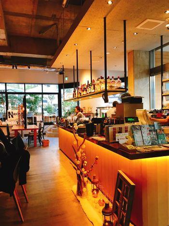 中に併設されたカフェ&レストランが「CAFÉ ETRANGER NARAD(カフェ エトランジェ・ナラッド)」です。ナポリピッツァやボックスランチ、大和野菜のバーニャカウダ、ワインや奈良の地酒も楽しめますよ。ラストオーダーは22:00。約145席と広々していて、店内もゆっくり寛げる雰囲気です。