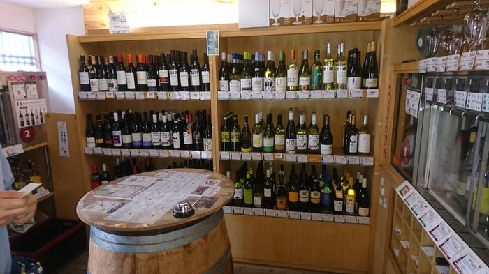 色々なワインやビールを気軽に試してみたい方にはこちら、「ワインの王子様」。ご覧のようにすごい数のワインがずらりと並んでいます。バーではあるのですが、飲食店の方たちがお店に置くワインをテイスティングしにいらっしゃることも多いという試飲メインのお店です。ふらりと立ち寄って、簡単なおつまみをいただきながら好きなワインを軽く1、2杯。楽しい寄り道にぴったりだと思いませんか?