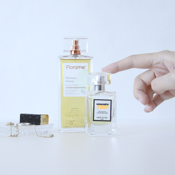 夏の香りは、暑い中でも爽やかさを感じさせるような柑橘系やウッド系の香りがおすすめです。涼し気でみずみずしい印象の香りは、夏でも上品に香ります。 その他だったら、ほんのり控えめに甘さを感じさせるものや、石鹸のような香りもいいですね。