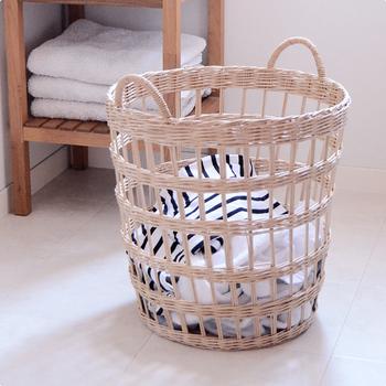 カンボジアやベトナムの一部でしか採ることのできない、貴重な素材「ラペア」を使った作られた洗濯カゴです。制作はカンボジアのカゴ職人により、ひとつひとつハンドメイドで編み上げられています。塗装やニスなどは一切使用せず、天然の風合いが楽しめるのが人気の理由です。