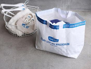 ベルリンにある美しコインランドリーとして人気の「Freddy Leck sein WASCHSALON(フレディ・レック・ウォッシュサロン)」が、日本のメーカーと共同開発したランドリーバッグ。水に強いポリプロピレン素材で作られているので、自宅のランドリールームで洗濯カゴとして使うのも◎