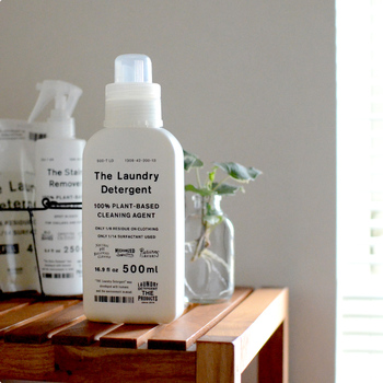 スタイリッシュなパッケージの「THE(ザ)」の洗濯洗剤。環境に優しい洗剤作りをコンセプトに掲げている「がんこ本舗」が製造し、エコなうえにしっかり汚れが落ちる高機能な洗濯洗剤です。綿や麻からシルクにダウン素材まで、この1本でどんな素材でも洗えるというから驚きですよね。シンプルでナチュラルな見た目の素敵さも、ランドリーのインテリアにこだわりたい人にとっては嬉しいポイントになりそうです。