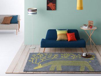 グレー地にイエローのトナカイデザインが印象的な、落ち着いたカラーリングのラグです。イエローやグリーン、オレンジなどと組み合わせてシックな北欧テイストのインテリアにもぴったりな一枚。