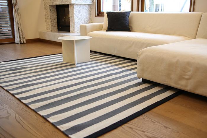 モノトーンのストライプラグは、どんなお部屋に合わせてもしっくりくるデザイン。白やベージュのソファを愛用しているリビングにも、スッと馴染んで素敵な空間を作り上げてくれます。
