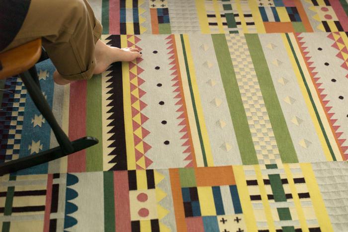 2015年にスウェーデンで誕生した「Oyyo(オヨ)」は、歴史こそ浅いものの、そのクオリティの高さで注目されているブランド兼ワークスタジオです。自然塗料とオーガニックコットンを素材に使用し、自社工房にてハンドメイドで作られる平織りのラグ。伝統的でありながら現代的なカラフルさをあわせ持つデザインのラグは、その空間をパッと明るく見せてくれる魅力に溢れています。