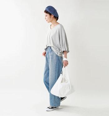 袖のフリルが印象的な、ゆったり着られるデザイントップス。フロント部分だけをデニムにタックインし、サイドから覗くトップスでウエスト周りをしっかりカバーしています。ベレー帽や真っ白なバッグも、コーデのアクセントに。