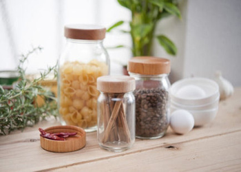 そのまま使用するよりも、詰め替えて使った方が便利な調味料の保存容器。見た目の良さだけでなく、機能性も優れたアイテムが多いので、気になるアイテムを見つけたらリンク先をのぞいてみてください。キッチンや食卓の両方に欲しくなってしまいそうな、便利で素敵なアイテムに出会えるかも。