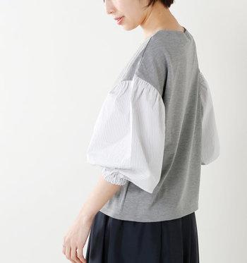 異素材を組み合わせて、袖にゆったりバルーンシルエットを盛り込んだアイテムです。切替からのふわっとしたシルエットが女性らしく、シンプルなデニムと合わせても上品にコーディネートできます。
